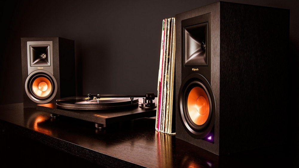 Klipsch R15PM + Project Turntable Combo System (Sold Out) ES_r-15pm-turntable-pack-lifestyle-1